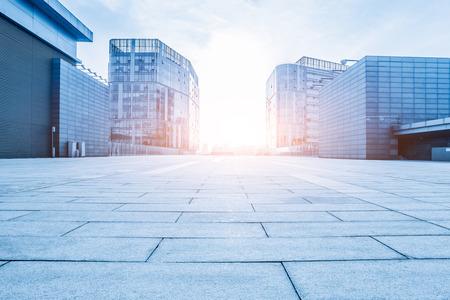 Leere Boden und modernes Gebäude
