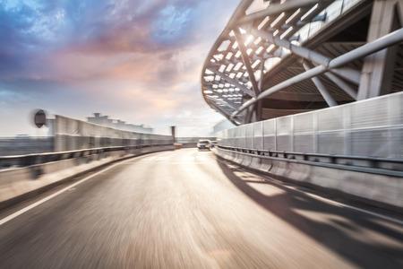 Autofahren auf der Straße in der Stadt Hintergrund, Motion Blur Standard-Bild