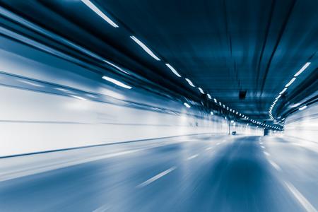 青い色のトンネル車走行モーション ブラーします。