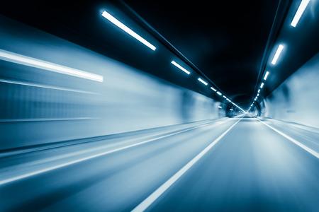 Blaue Farbe Tunnel Autofahren Bewegungsunschärfe