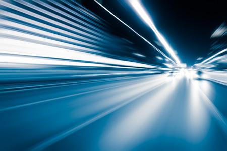 tunel: túnel de color azul desenfoque de movimiento conducción de automóviles