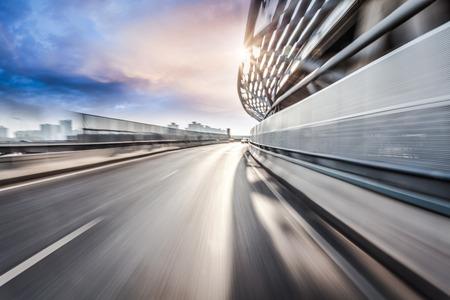 Jazdy samochodem na drodze w tle miasta, motion blur Zdjęcie Seryjne