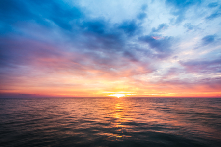 hermosa puesta de sol sobre el mar en Tailandia Foto de archivo