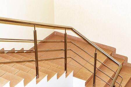 Fragmento de escaleras en un edificio de oficinas. Vista desde arriba.