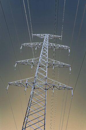 Le support de la ligne haute tension en hiver. Vue d'en bas. Ciel dégradé. Image verticale.