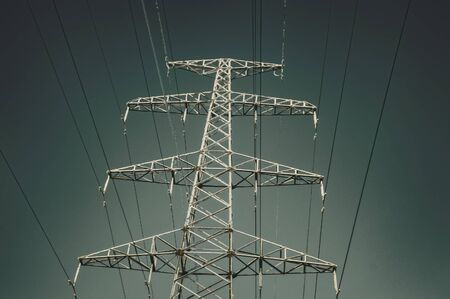 Support of high voltage line in winter. View from below. Gradient sky. Siberia. Banque d'images