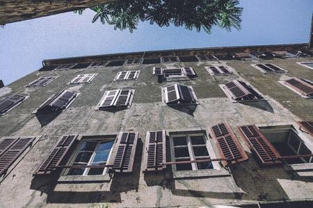 ventanas abiertas: Ver hasta el edificio con ventanas abiertas Foto de archivo