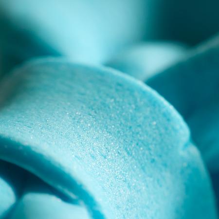bajando escaleras: Resumen de fondo con escaleras abajo azules. Foto de archivo
