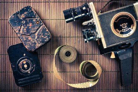 videocassette: Los viejos de dos manos de videocámaras, cintas y películas en el estilo vintage Foto de archivo