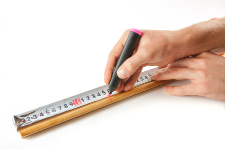 Male hand measure with a ruler the distance .