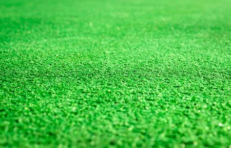 pasto sintetico: Cerca de la hierba verde artificial.