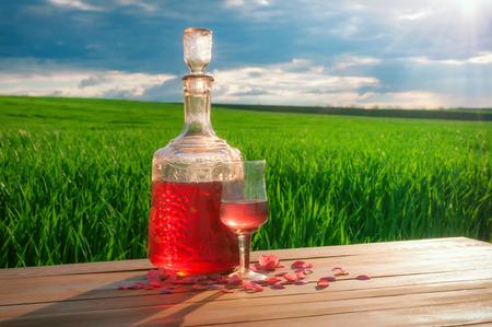 Kieliszek wina na stole w polu zielona trawa.