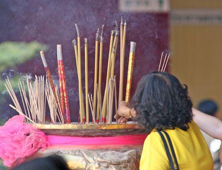 apporter: Burning encens dans un temple de porter chance durant le Nouvel An chinois Banque d'images
