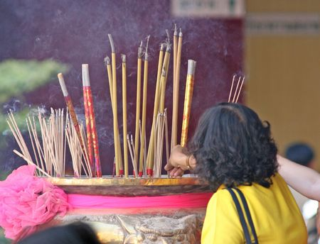 ладан: Burning incense in a temple to bring good luck during Chinese New Year