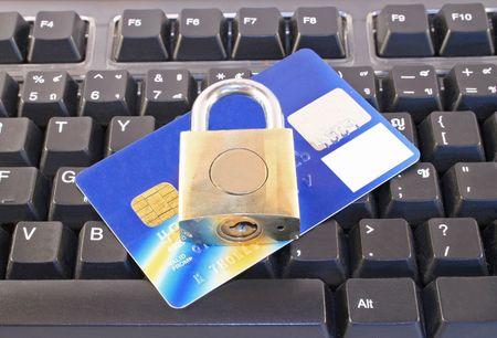 On-line winkelen met een creditcard, computer-toetsenbord en hangslot Stockfoto