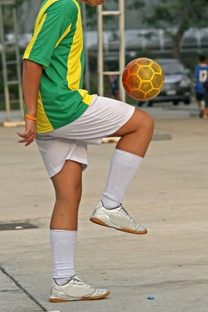 futball: Football (soccer) player practising keep-up