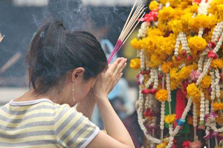 incienso: La quema de incienso y rezando en un templo budista en Bangkok Foto de archivo