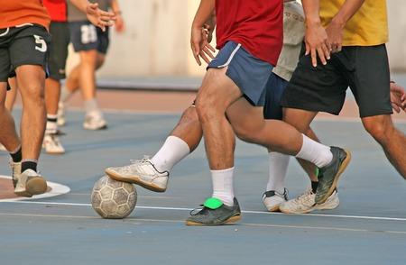 jugadores de futbol: Un juego de f�tbol callejero (futball)  Foto de archivo