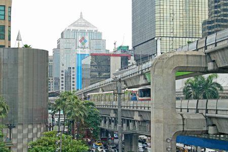 De moderne overhead electirc trein systeem in dowtown Bangkok