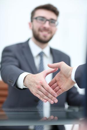 Gente de negocios apretón de manos después de buen negocio Foto de archivo