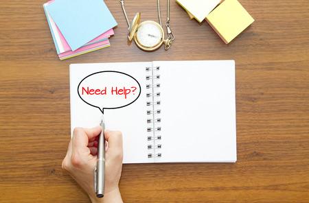 jurisprudencia: Escritura de la mano NECESITA AYUDA? pregunta en un cuaderno con la pluma. Foto de archivo