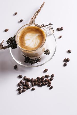 Koffieconcept voor ontwerp en reclame: Koffiekopje, koffiebonen, koffiepauze.