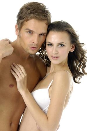 pareja apasionada: Pareja sexy en bikini contra el fondo blanco