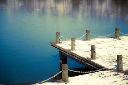 Anlegestelle mit Schnee bedeckt Standard-Bild - 84713946