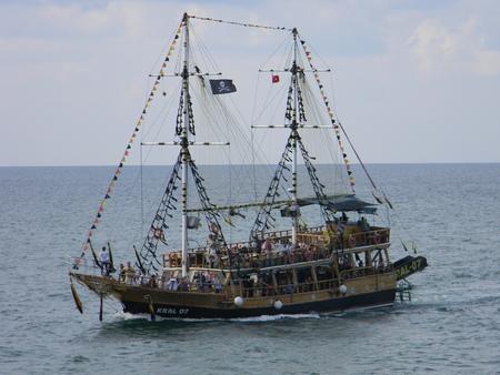 Vieux bateau à voile dans la mer (pirate)