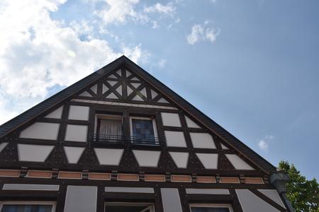 Pignon d'une maison à colombages en noir et blanc