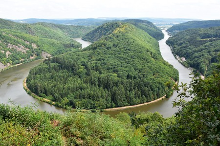 The Saar river turning around a hill in Saarland, Germany, Saarschleife, 版權商用圖片 - 106077580