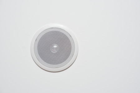 A white speaker built into the wall or the ceiling is white. Information speaker.