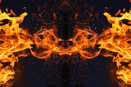 Abstrakcja, płonący ogień iskrami. Mistyczny typ motyla lub potwora. Zdjęcie Seryjne