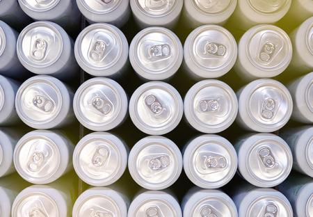 Hierro latas de refresco o cerveza o tapa. Foto de archivo