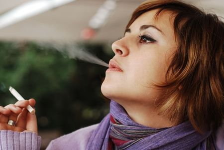 girl smoking: ni�a de fumar