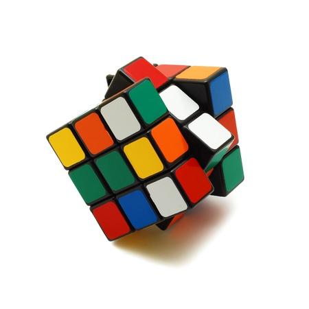 Caransebes, Roemenië, juli, 7e, 2009 - Rubik kubus op wit wordt geïsoleerd