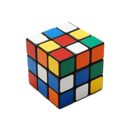 Caransebes, Roemenië, maart, 11, 2009 - Rubik's kubus op wit wordt geïsoleerd