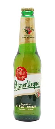 pilsner: Caransebes, Rumania, diciembre 30, 2011 - Pilsner Urquell botella de cerveza aislados en blanco