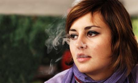 joven fumando: fumar niña