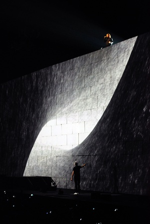 floyd: Roger Waters and Robbie Wyckoff performing Comfortably Numb live on one the most ambitious rock shows ever staged, Pink Floyd s The Wall