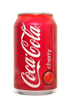 lata de refresco: Coca-Cola refresco de cereza puede Editorial