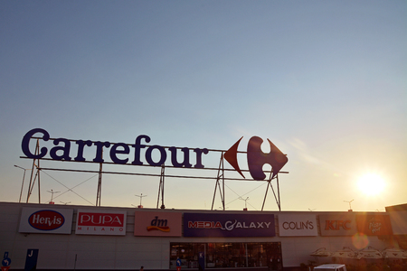 The Carrefour hypermarket logo