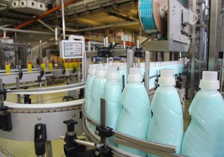 chemical plant: Vloeibaar wasmiddel op geautomatiseerde productielijn