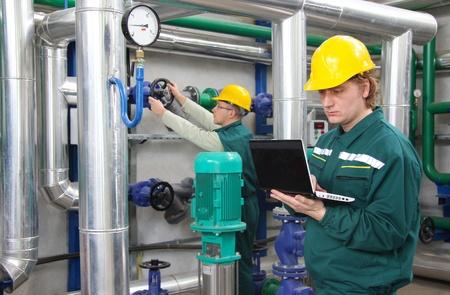 Les ouvriers industriels dans les centrales électriques Banque d'images