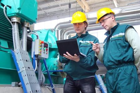 ingenieria industrial: Los trabajadores industriales, trabajo en equipo Foto de archivo