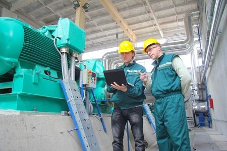 mecanica industrial: Los trabajadores industriales, trabajo en equipo Foto de archivo
