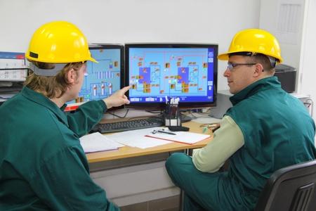 ingenieria industrial: Los trabajadores industriales en la sala de control