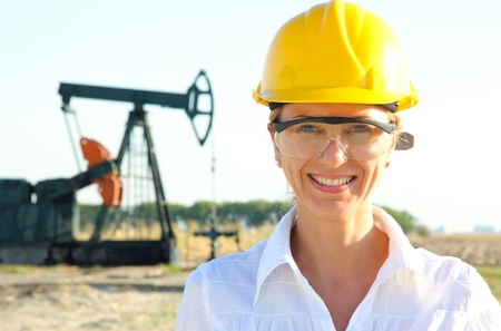 trabajador petroleros: Sonriendo Ingeniero de sexo femenino en un campo petrol�fero