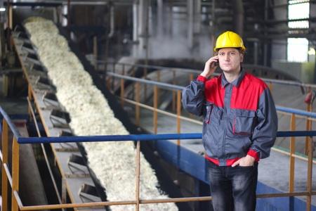 Industriële werknemer praten over de mobiele telefoon in de fabriek voor de productie van levensmiddelen Stockfoto - 16085742