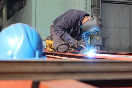 siderurgia: Soldador en el trabajo en la industria del metal